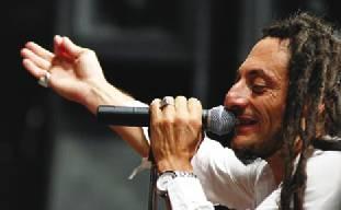Un primo piano di Bunna, il cantante degli Africa Unite