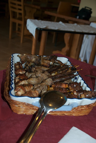 Il piatto da cui ho prelevato la mia carne grigliata, fotografato dal Passero :-)